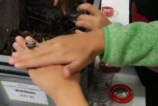 Kinderhände bearbeiten Erde